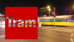 Schnelle verwischte Berliner Straßenbahn bei Nacht